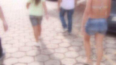 Três adolescentes são detidas em flagrante depois de assaltar e agredir uma idosa - Uma tem mais de 18 anos, as outras duas têm 15 anos. Elas assaltaram uma idosa de 70 anos e roubaram a bolsa dela.