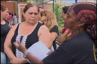 Professores dispensados pela Lei 100 reclamam de demora em Divinópolis - Profissionais buscam vagas nas 34 escolas estaduais, mas ritmo é lento.Há muitas vagas e muitos candidatos, afirma Superintendência Regional.