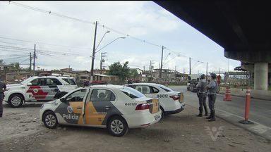 Policiais militares e civis ocupam Vila dos Pescadores, em Cubatão - Operação contou com reforço do helicóptero Águia e de barcos