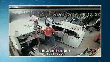 Câmeras de segurança flagram assalto a academia de Fortaleza - Homens chegaram de bicicleta ao local e saíram de motocicleta.