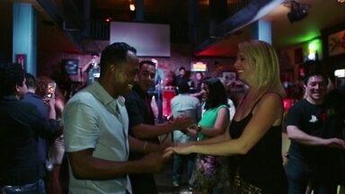 """Hoje é dia de dançar salsa - Alexandre Henderson sai para dançar salsa com um grupo de amigos e aprende alguns passos desse ritmo """"temperado"""""""