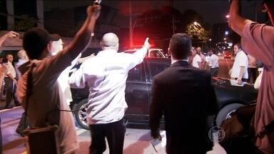 Motoristas do Uber e taxistas entram em confronto em frente a hotel em SP - Carros de motoristas particulares e de pessoas que não têm nada a ver com a polêmica foram atacados na noite da quinta-feira (28). A PM foi chamada. A confusão aconteceu na porta de um hotel dos Jardins, onde era realizado um baile de carnaval.