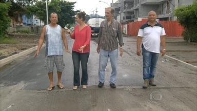 RJ Móvel cobra promessa de asfalto na Rua Doutor Crespo, no Recreio dos Bandeirantes. - A prefeitura asfaltou parte da rua, mas moradores reclamam que ainda falta um trecho.