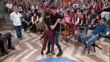 Cauã Reymond dança forró com Débora Bloch - Ator mostra que é pé de valsa no palco do 'Altas Horas'