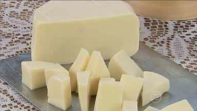 Requeijão de cortar é receita tradicional brasileira - Um coagulante separa a parte sólida da líquida. Depois, a massa é triturada. Sal e creme de leite completam a receita.