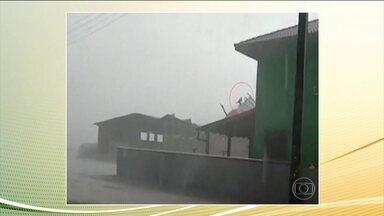 Homem voa por cerca de 25 metros em cima de um telhado em SC - A imagem que parece cena de filme aconteceu durante um temporal que caiu na cidade de Joinville, em Santa Catarina.