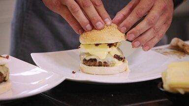 Confira a receita de hambúrguer com ovos beneditinos - Alexandre Henderson e o chef Allan Sales preparam o prato no Hoje é dia de ficar em casa