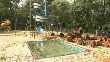 Moradores reclamam de abandono no Parque da Gruta, em Orlândia, SP - Área de lazer não pode ser frequentada devido a vendaval que causou danos a área.