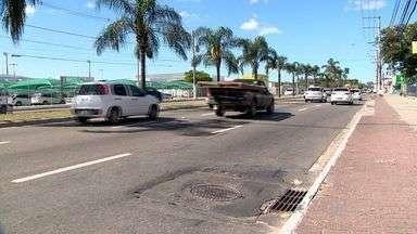 Buracos no asfalto da avenida Fernando Ferrari prejudicam motoristas em Vitória - Desníveis causam problemas nos veículos. Secretário diz que pontos com problema serão recapeados.