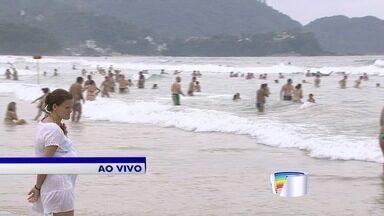 Turistas aproveitam o feriado prolongado na praia - Movimento de turistas sentido litoral norte foi intenso.