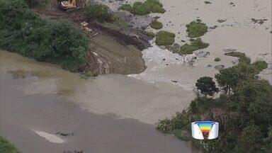 Barragem rompe e interrompe captação de água no Rio Paraíba do Sul - Rejeitos de mineração de areia foram lançados no rio.