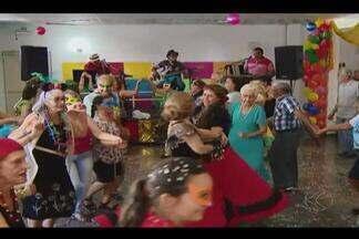 Foliões idosos esbanjam alegria com marchinhas de carnaval em Uberlândia - Grupo mostra que não tem idade e tempo ruim para 'pular carnaval'.'Seo' Ademar é um dos foliões assíduos do carnaval.
