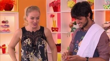 Felipe Simas prepara bolo para Marina Ruy Barbosa - Confira a surpresa!