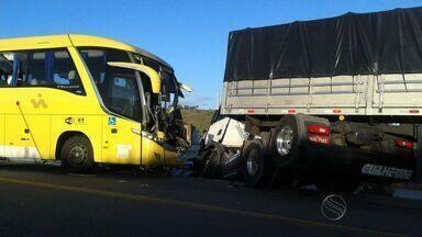 Colisão frontal entre ônibus e carreta deixa feridos em Cedro de São João - Colisão frontal entre ônibus e carreta deixa feridos em Cedro de São João.