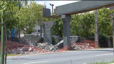 Trecho da Linha Verde vai ficar bloqueado neste domingo - A avenida vai ficar totalmente interditada entre os bairros Guabitoruba e Prado Velho para a retirada de uma antiga passarela de concreto. Uma nova passarela foi construída ao lado.