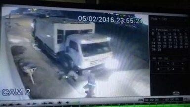 Gari é atropelado por caminhão de lixo em Sobradinho - Um gari da empresa Sustentare, que faz a coleta de lixo em Sobradinho, foi atropelado pelo caminhão de lixo enquanto trabalhava. A imagem impressiona.
