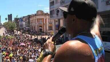 Muitas pessoas participam do tradicional desfile do Galo do Meio-Dia em Bagé, RS - Com cancelamento da festa oficial, o bloco do Galo Caixeiro ganhou trio elétrico.