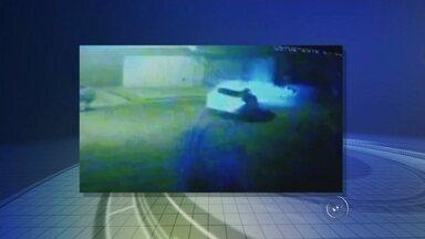 Dois morrem após veículo capotar várias vezes e bater em caminhão - Duas pessoas morreram após sofrerem um acidente, na Vila Ferreira, em Santa Adélia (SP), na noite de sexta-feira (5). De acordo com informações da Polícia Militar, uma mulher, de 28 anos, e um homem, de 32, estavam no carro quando, por motivos a serem apurados, a motorista teria perdido o controle da direção na Rua Bernardino de Campos