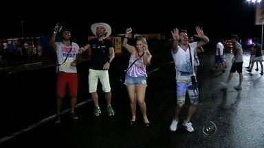 Foliões curtem o carnaval na avenida de Buritama - Em Buritama, tem gente que vai para os ranchos para passar as noites de carnaval entre amigos, mas a maioria dos foliões, é claro, prefere aproveitar a festa que só tem uma vez por ano, na avenida!
