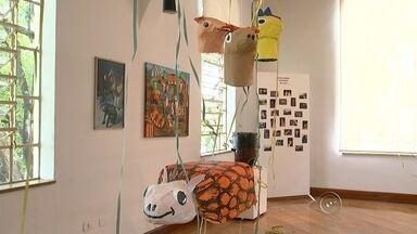 Museu de Tatuí traz exposição sobre a história do carnaval na cidade - Para quem gosta de carnaval e quer saber mais sobre a história da folia em Tatuí pode visitar uma exposição no museu Paulo Setúbal. Máscaras, fotos e instrumentos são alguns dos objetos que podem ser vistos por lá.
