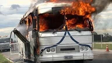 Ônibus particular pega fogo e causa congestionamento na BR-153 em Goiás - Duas pessoas estavam no veículo e nenhuma se feriu durante o incêndio. Trecho ficou bloqueado e gerou 7 km de congestionamento na rodovia.