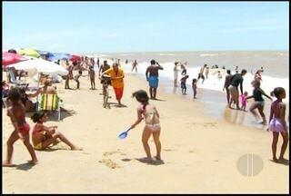São João da Barra, RJ, atrai milhares de turistas no Carnaval e blocos animam os foliões - Praias ficaram lotadas.