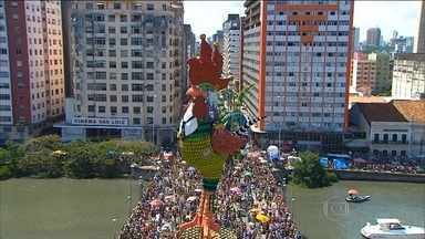 Galo da Madrugada comanda a folia no Recife no 39º carnaval do bloco - Com 25 trios elétricos, o Galo homenageou o cantor Chico Science e levou muito frevo e alegria pelas ruas lotadas do bairro de São José.