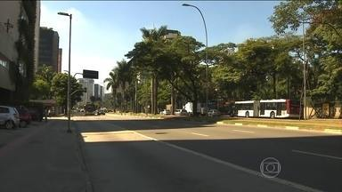 Carnaval não é considerado feriado na maior parte do Brasil - Muita gente não trabalha, mas é um acordo feito com os patrões. O ponto facultativo se refere apenas ao funcionalismo público.