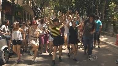 Segunda-feira (8) de festa para foliões que curtiram o carnaval de rua em São Paulo - Os blocos agradam fãs dos mais diversos estilos musicais. Foliões aproveitam o carnaval ao som de marchinhas, no Bloco Esfarrapado, e até do swing, improviso do jazz, no Unidos do Swing.