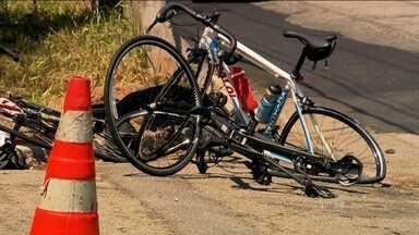 Três ciclistas são atropelados na pista local da Marginal Pinheiros - O motorista fugiu sem prestar socorro. A polícia tenta identificá-lo. Duas das vítimas permanecem internadas.