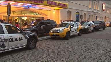 Segurança de shopping fica ferido em tentativa de assalto à joalheria - Nenhum cliente ficou ferido, bandido tentou fugir mas foi preso em seguida.