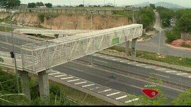 Moradores e motoristas reclamam de obras na Rodovia do Contorno, em Vitoria - As principais queixas são em relação ao asfaltamento e à falta de passarelas para os pedestres.