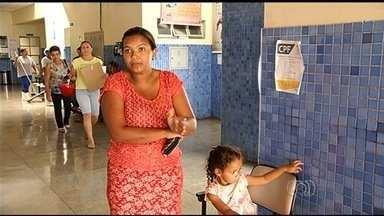 Família luta há mais de 10 dias por cirurgia para menina que engoliu moeda, em Goiás - Segundo a mãe dela, a dona de casa Taísa de Oliveira Silva, o metal está alojado no estômago, mas mesmo assim a criança ainda não foi operada.