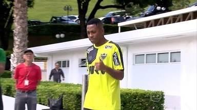 """Robinho chega ao Atlético-MG, treina com o grupo, e adversários falam em """"medo"""" do Galo - Robinho chega ao Atlético-MG, treina com o grupo, e adversários falam em """"medo"""" do Galo"""