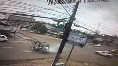 Vídeo mostra choque violento entre duas motos no bairro Muca - Um acidente grave envolveu duas motos, no bairro Muca. Uma câmera de segurança gravou o acidente. As imagens são impressionantes.