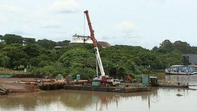 Empresas do Porto Intermodal de Pederneiras voltam ao trabalho - A hidrovia Tietê-Paraná recebeu a primeira carga de soja hoje. A barcaça saiu de São Simão, em Goiás e vai para o Porto de Santos. As empresas que operam no Porto Intermodal de Pederneiras também estão voltando ao trabalho.
