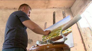 Pedreiro artista usa ferramentas de trabalho para pintar telas - Mas a ferramenta é bem menor. As obras estão em uma exposição até o dia 26 de fevereiro.