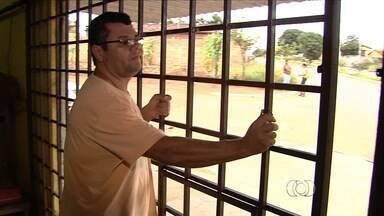 Comerciantes reclamam da segurança na Região Metropolitana de Goiânia - Um deles resolveu vender os produtos cercado por uma grade.
