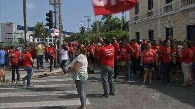 Prefeitura de Fortaleza propõe reajuste de 11,3% aos professores em greve - Categoria realizou manifestação na manhã desta sexta.