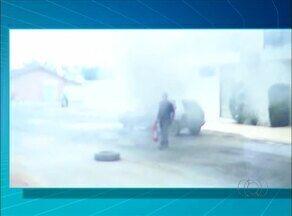 Carro pega fogo com cinco pessoas dentro em rua de Gurupi - Carro pega fogo com cinco pessoas dentro em rua de Gurupi