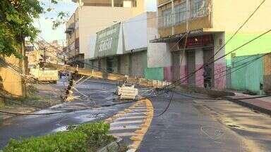 Chuva derruba poste e deixa população sem energia na Vila Rubim, em Vitória - Poste já dava sinais de que poderia ceder. Energia foi restabelecida no bairro.