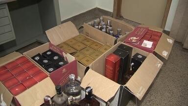 Suspeito de vender bebida alcoólica falsificada é preso em Ceilândia - A polícia encontrou, também em Ceilândia, um desmanche de carros. Houve apreensão de drogas e armas.