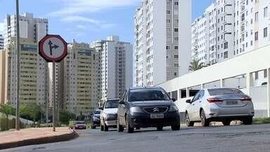 Cruzamento mal-sinalizado causa acidentes em Águas Claras, no DF - A sinalização confunde pedestres e motoristas na esquina entre a Rua 36 Norte e a Avenida Flamboyant. Segundo uma moradora da região, há colisões diárias no cruzamento.