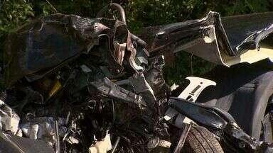 Colisão entre carro e carreta deixa 3 mortos e 2 feridos em Mogi Guaçu, SP - Corpos das três vítimas serão enterrados neste domingo (14).