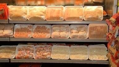 Aumento no preço da carne vermelha faz crescer venda de carne de frango - O preço da carne vermelha aumentou e por isso, o frango se torna opção ao consumidor. Mais em conta, as vendas da carne branca subiram 4% no ano passado. Este ano, a expectativa é de crescimento. De olho neste mercado, supermercados e açougues investiram e agora oferecem frango de todos os tipos.
