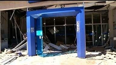 Criminosos explodem caixa eletrônico e fazem reféns em Acreúna - Segundo a PM, cinco homens participaram da ação; ninguém foi preso. Outro banco da cidade foi destruído por criminosos há quatro meses.
