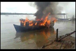 Incêndio atinge embarcação e pessoas ficam feridas em Abaetetuba - Incêndio atinge embarcação e pessoas ficam feridas em Abaetetuba