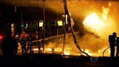 Acidente entre caminhões interdita Avenida dos Bandeirantes, em SP - Uma das carretas transportava 20 mil litros de combustível. Os dois veículos pegaram fogo e combate às chamas demorou duas horas.