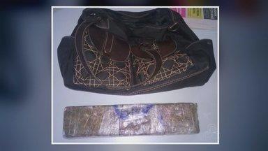 Droga é achada em bolsa abandonada dentro de cadeia em Manaus - Material foi encontrado por policiais militares em estacionamento.