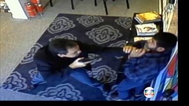Vídeo mostra investigador da Polícia Civil agredindo comerciante em SP - Comerciante é dono de uma loja de tapetes nos Jardins, área nobre de SP. Motivo seria a reclamação de uma cliente na devolução de mercadoria.